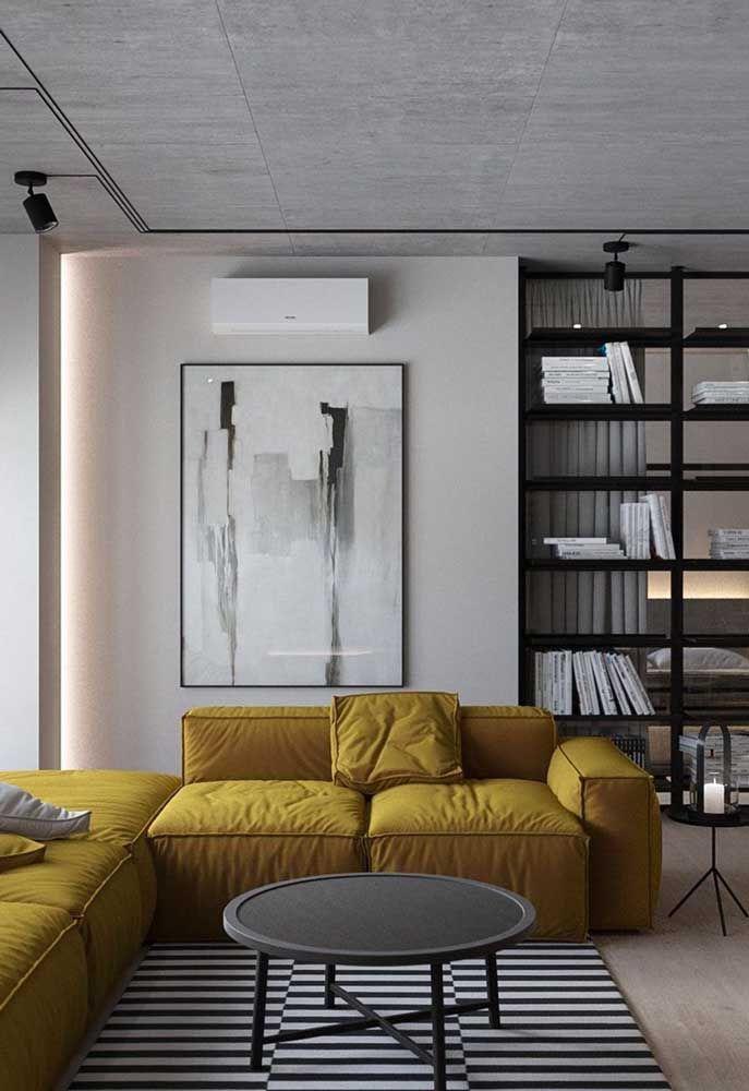 Para a sala preta e branca, um sofá tom de mostarda