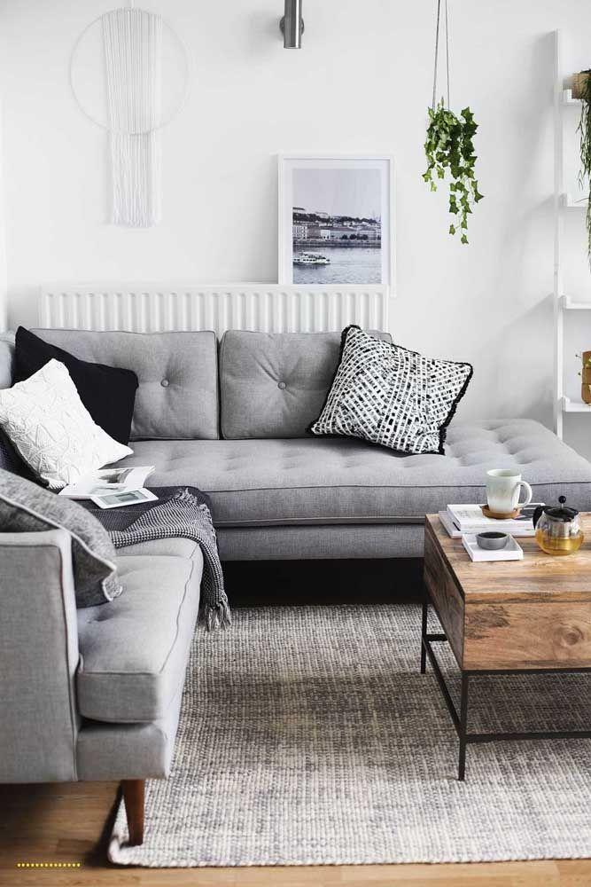 Os pés de madeira do sofá garantem um toque retrô ao ambiente