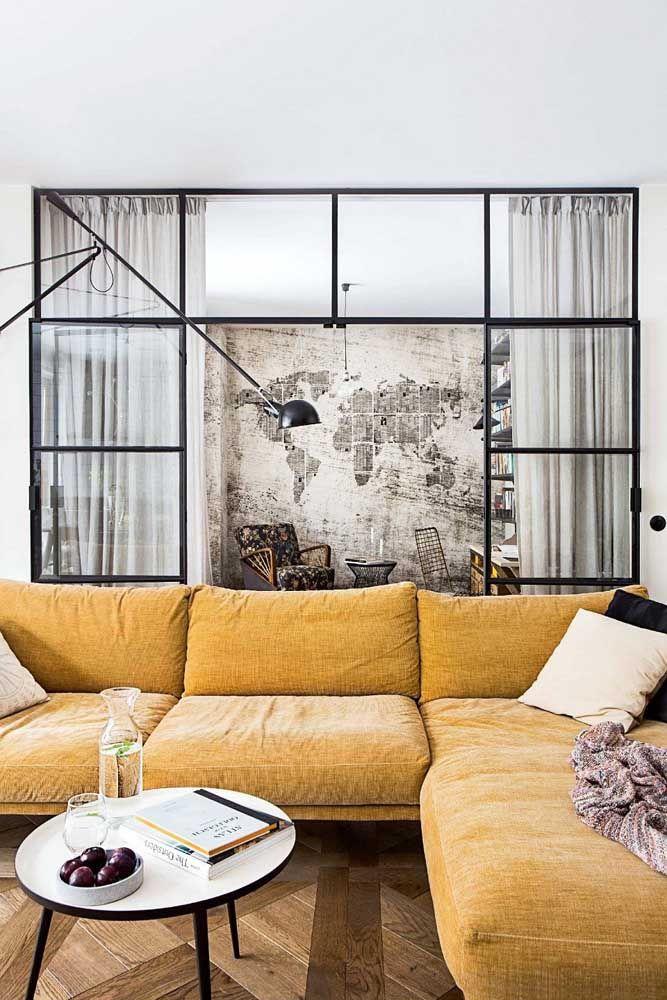 """Apesar de maior, o sofá em L """"perde"""" o assento que forma o canto, tenha isso em mente na hora de planejar a sua sala"""