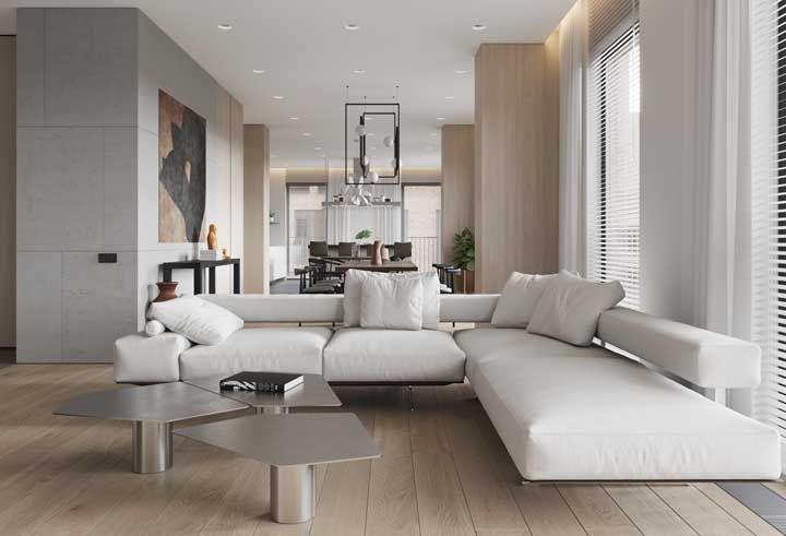 O encosto vazado traz leveza e modernidade para esse sofá em L branco