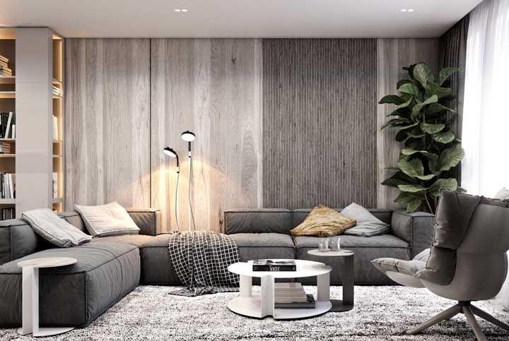 Invista em acessórios que permitam o melhor uso possível do sofá, como a mesinha de encaixar, a luminária, a manta e as almofadas