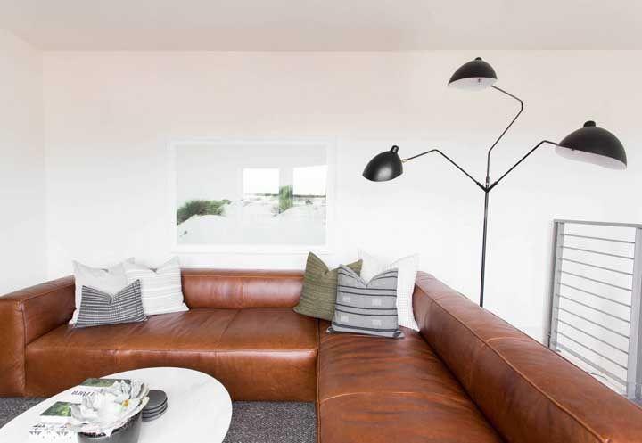 Se é de um refinamento sóbrio que a sua sala precisa, um sofá de couro pode ser a solução