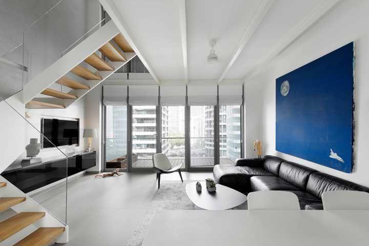 Dúvidas se deve ou não optar por um sofá preto? Se a sala for ampla, bem iluminada e de base clara e neutra, o tom escuro é uma ótima pedida