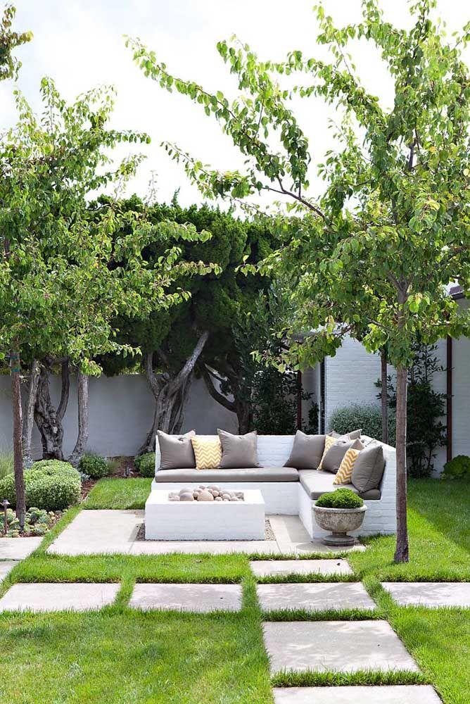 A área externa com living apostou no uso do concregrama para manter a beleza do gramado e formar o caminho de passagem