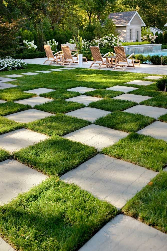Tapete xadrez de grama e concreto