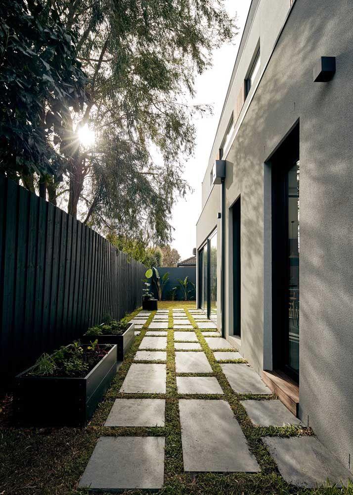 O corredor lateral da casa pode ficar mais bonito e funcional com o uso do concregrama