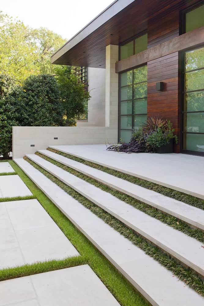 Leve a ideia do concregrama para a escada também; nesse modelo da imagem os vãos dos degraus foram preenchidos com grama
