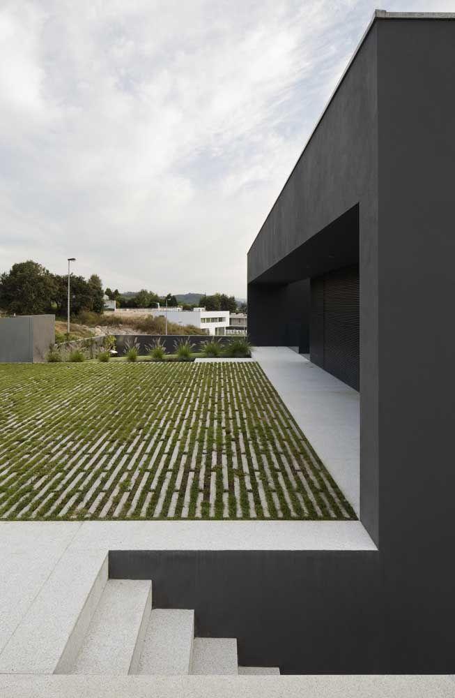 Em fachadas modernas o concregrama pode funcionar como uma espécie de jardim minimalista