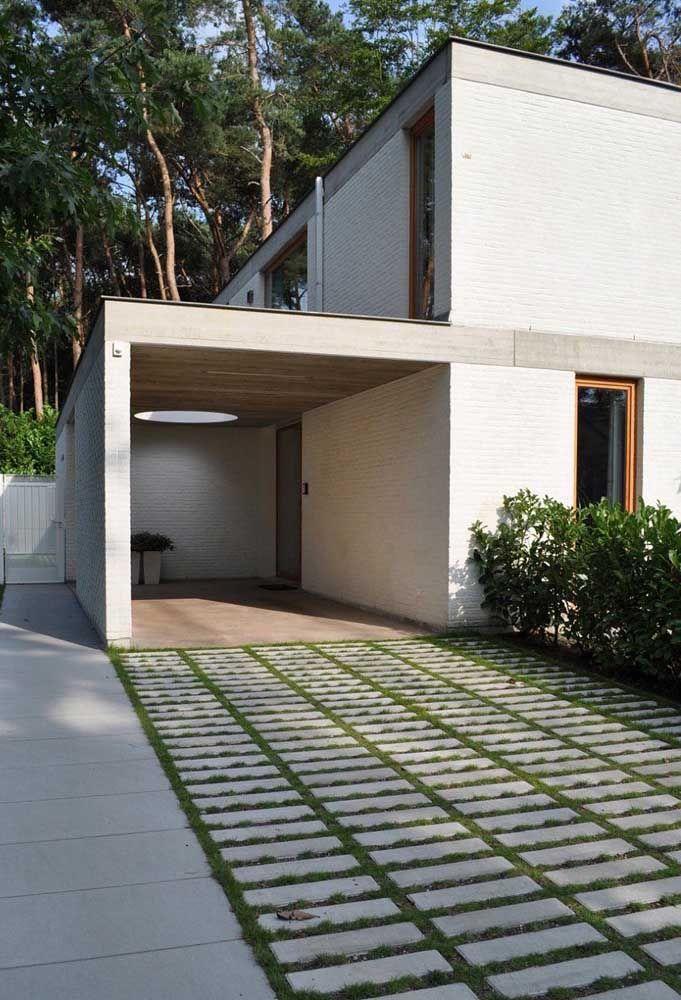 A garagem da casa pode ter um visual mais atraente, para isso aposte no concregrama