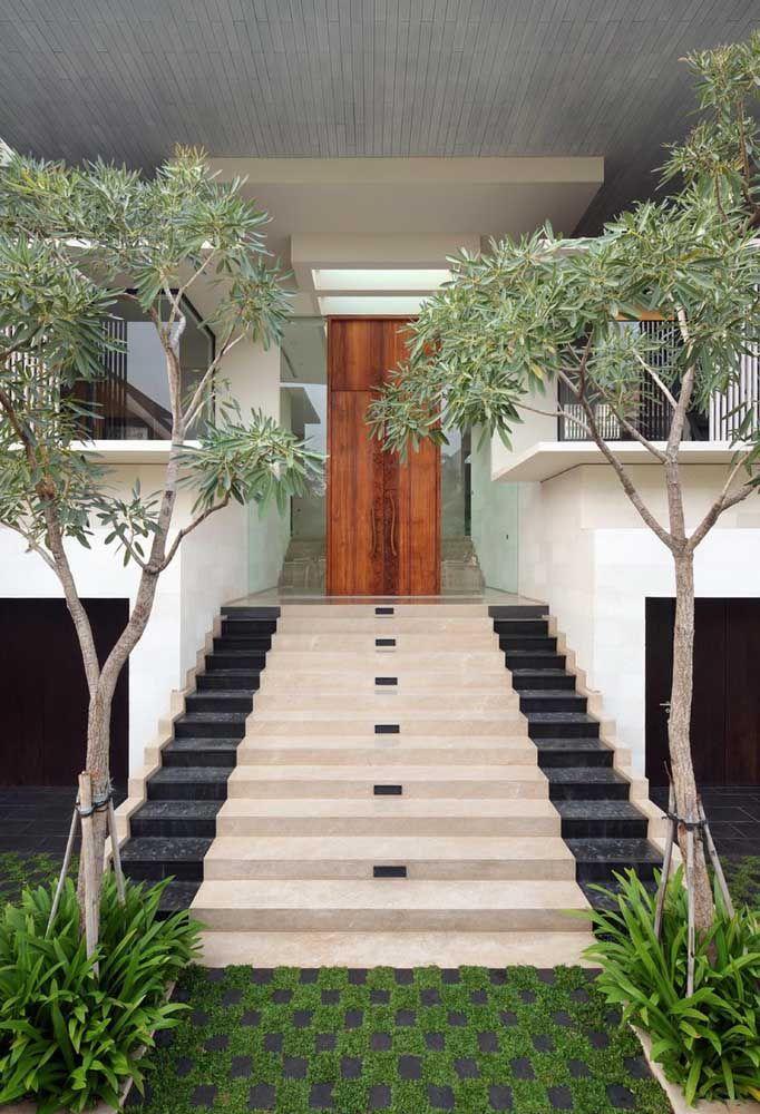 Aqui, o concregrama dá acesso a bela e luxuosa escada de mármore