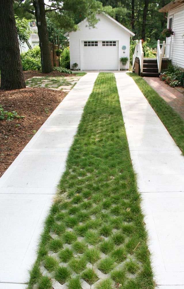 Tapete verde para conduzir o caminho até a garagem