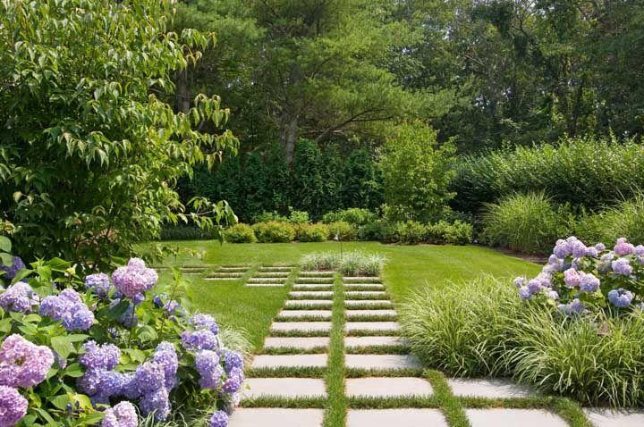A melhor maneira de manter o verde da área externa e ser funcional ao mesmo tempo é usando o concregrama
