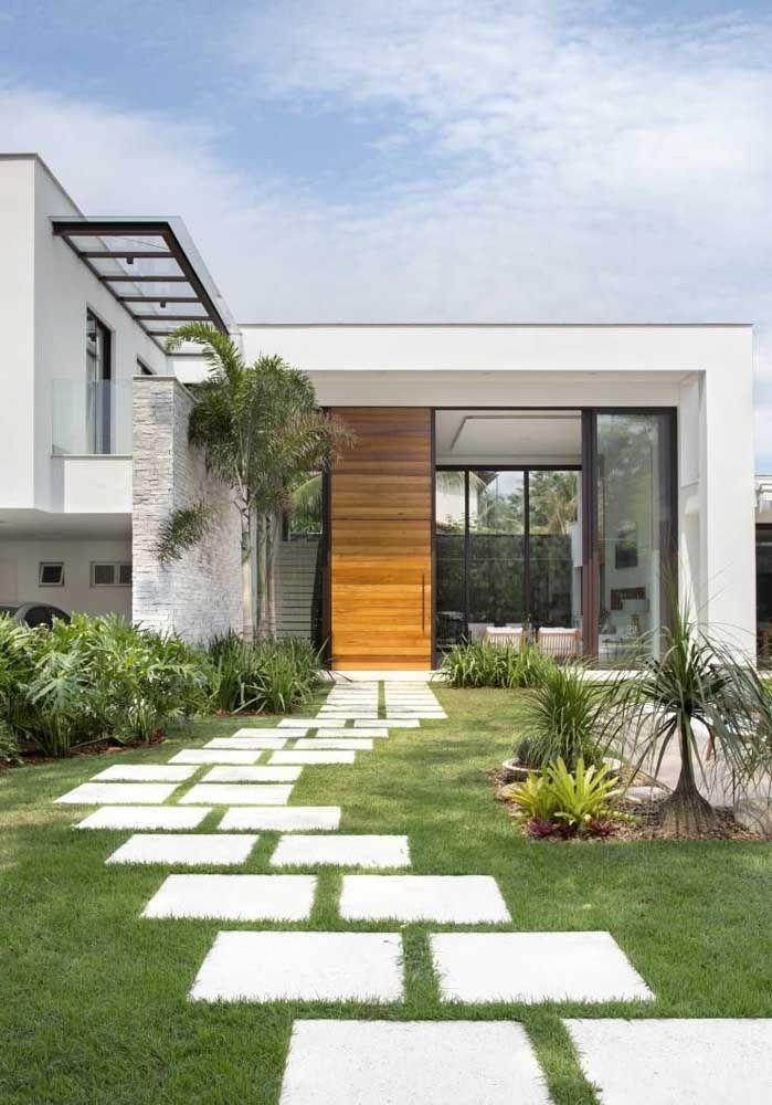 Defina o caminho até a entrada da casa por meio do concregrama, assim você evita que as pessoas pisoteiem a grama