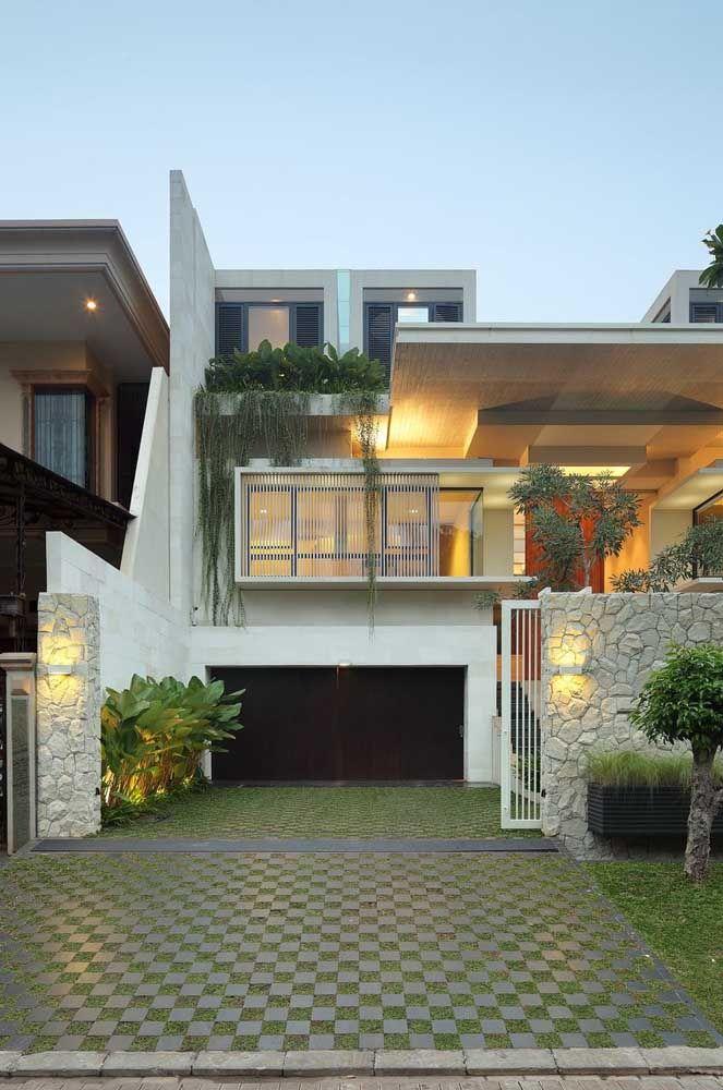 Garagem verde com o concregrama; aproveite e estenda o piso até a calçada formando um padrão visual único e regular