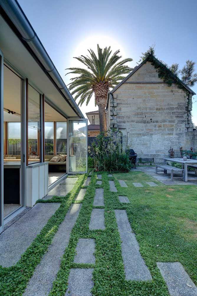 A área externa fica muito mais valorizada com o gramado e para protegê-lo use o concregrama nos locais de passagem