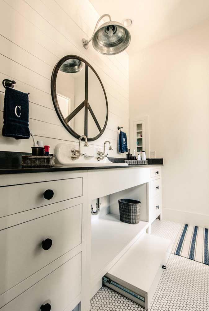 Aqui nesse banheiro a moldura forma o desenho na parte central do espelho