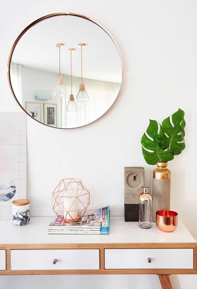 Moldura metálica, igual as luminárias e ao objeto decorativo