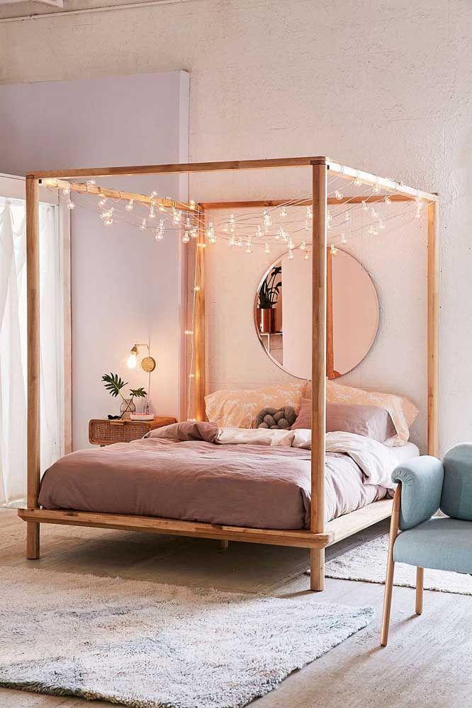 Uma opção para usar o espelho redondo no quarto é na parede da cabeceira da cama, funciona super bem