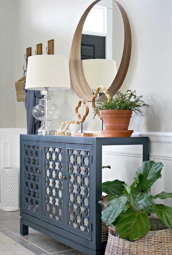 Anote essa receita: aparador ou buffet, espelho redondo e alguns objetos mimosos de decoração; está pronto o ambiente