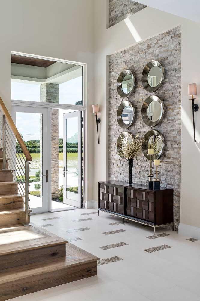 Destaque ainda mais aquela parede da sua casa com uma composição de espelhos pequenos redondos