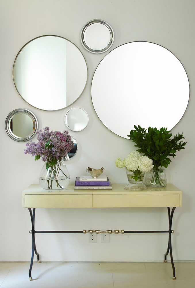 Dois espelhos redondos grandes combinados a outros menores; repare que as molduras seguem o mesmo padrão