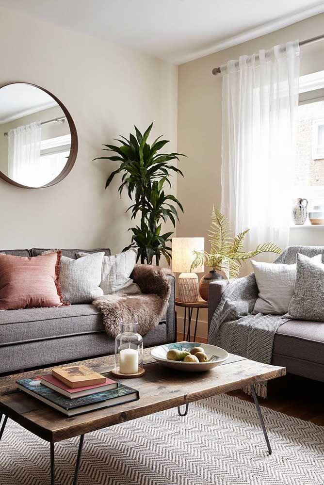 Na sala, o espelho redondo pode ser colocado com sucesso sobre o sofá