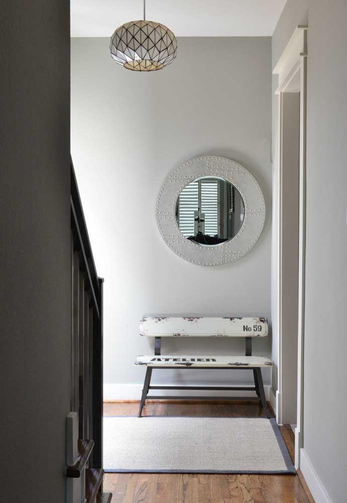 Moldura moderna e cheia de estilo para o espelho desse hall
