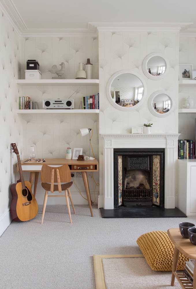 Já pensou em dar um up no visual da sala usando uma combinação de três espelhos redondos?