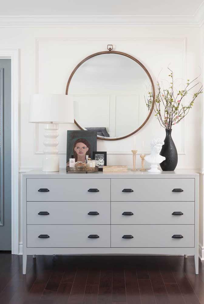 Um típico exemplo de como o espelho redondo pode ser decorativo e funcional ao mesmo tempo