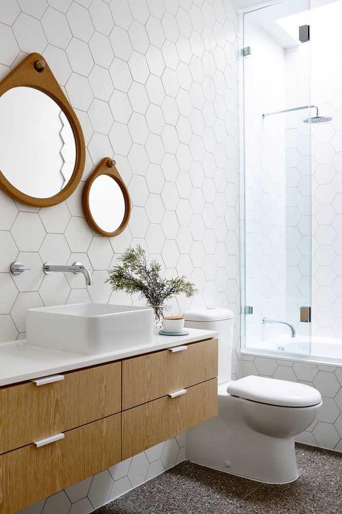 Moldura de madeira para combinar com o móvel do banheiro