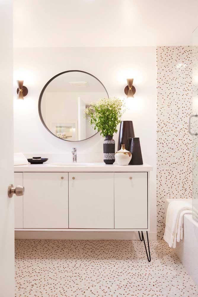 As decorações claras e neutras ficam ainda mais interessantes com o uso de espelhos redondos