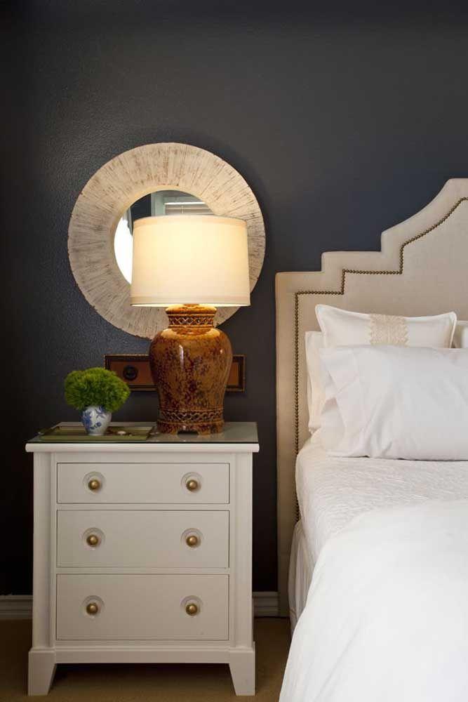 Uma proposta diferente, mas que pode dar certo para você também: espelho redondo ao lado da cabeceira da cama