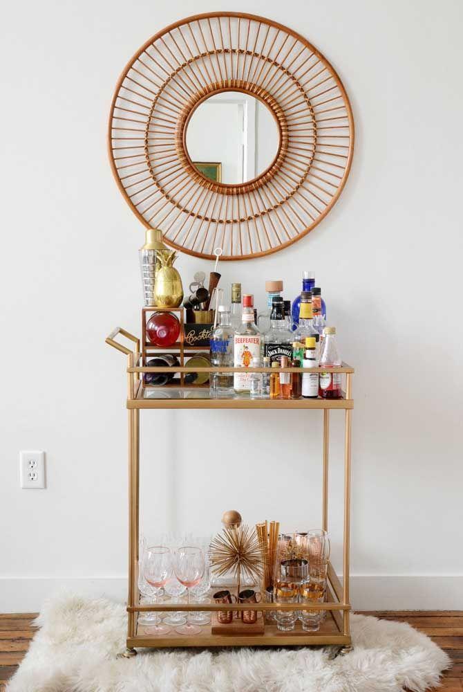 Mesmo que sejam de materiais bem diferentes, como aqui onde o bar metálico ganhou um espelho redondo com moldura de vime e madeira