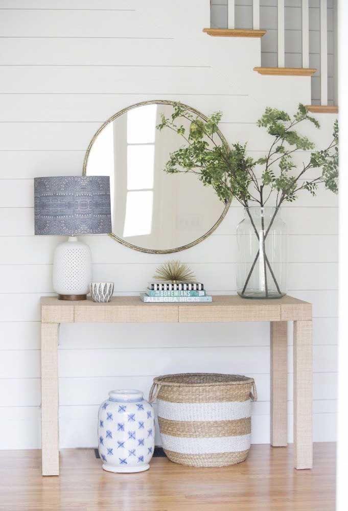 Combine a moldura do espelho com os demais elementos da decoração