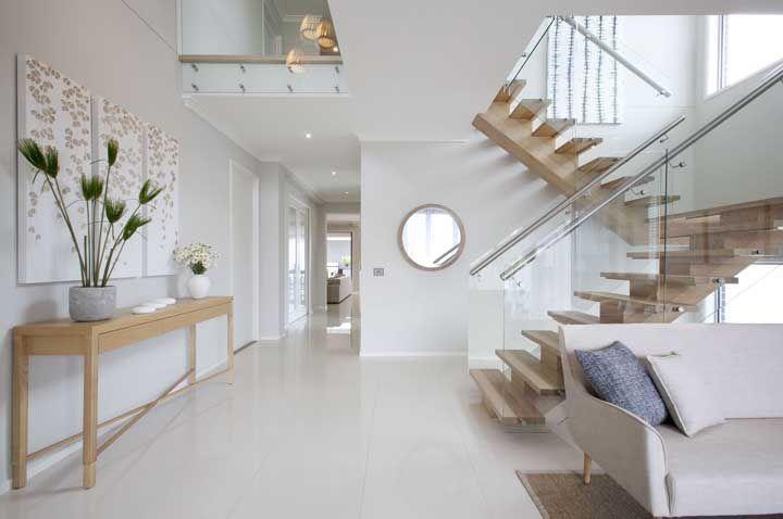 A parede da sua casa está vazia demais? Coloque um espelho redondo nela