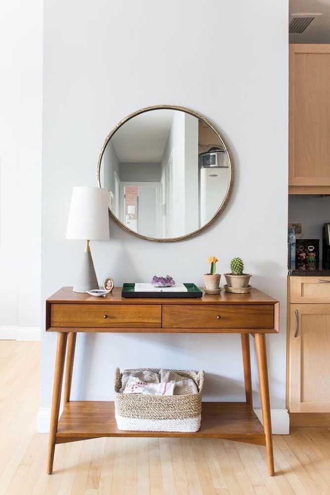 Lembre-se de garantir um bom reflexo para o espelho, faça isso escolhendo a parede certa para pendurá-lo