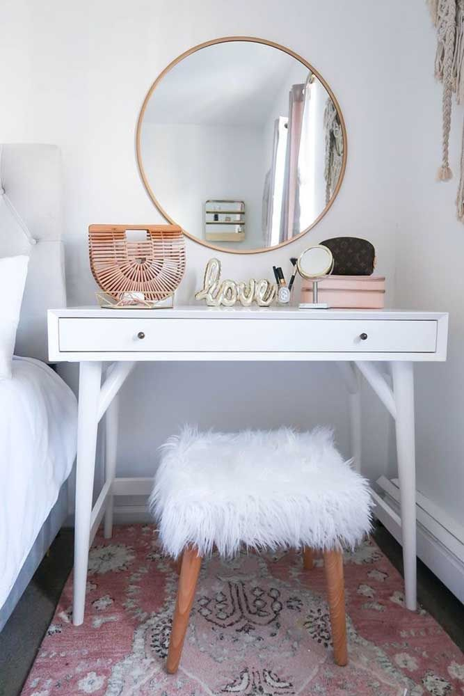 A penteadeira do quarto não poderia ficar melhor do que com um espelho redondo; ambos se combinam e se completam