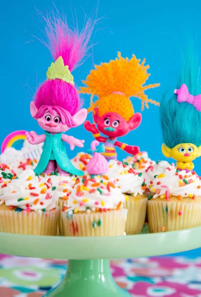 Use bonecos dos personagens para decorar a mesa de doces.