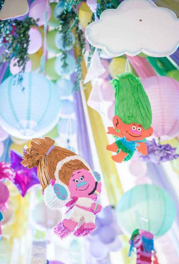 Os personagens Trolls devem fazer parte de todo cenário da festa.