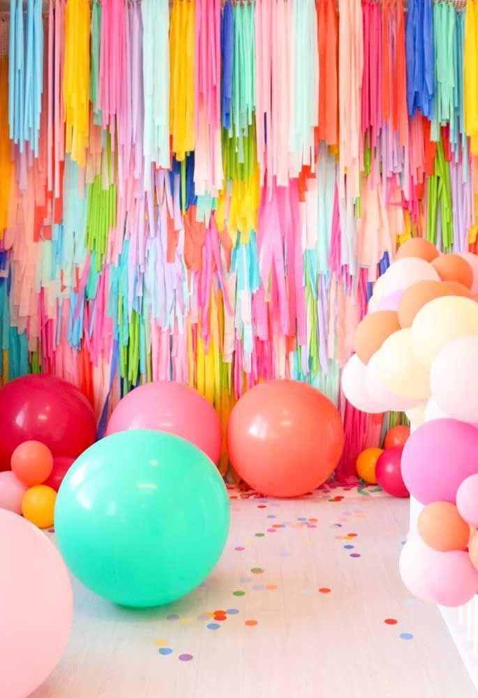 Use vários materiais coloridos para decorar a festa Trolls. Aproveite para espalhar diversas bolas por todo o espaço do evento.