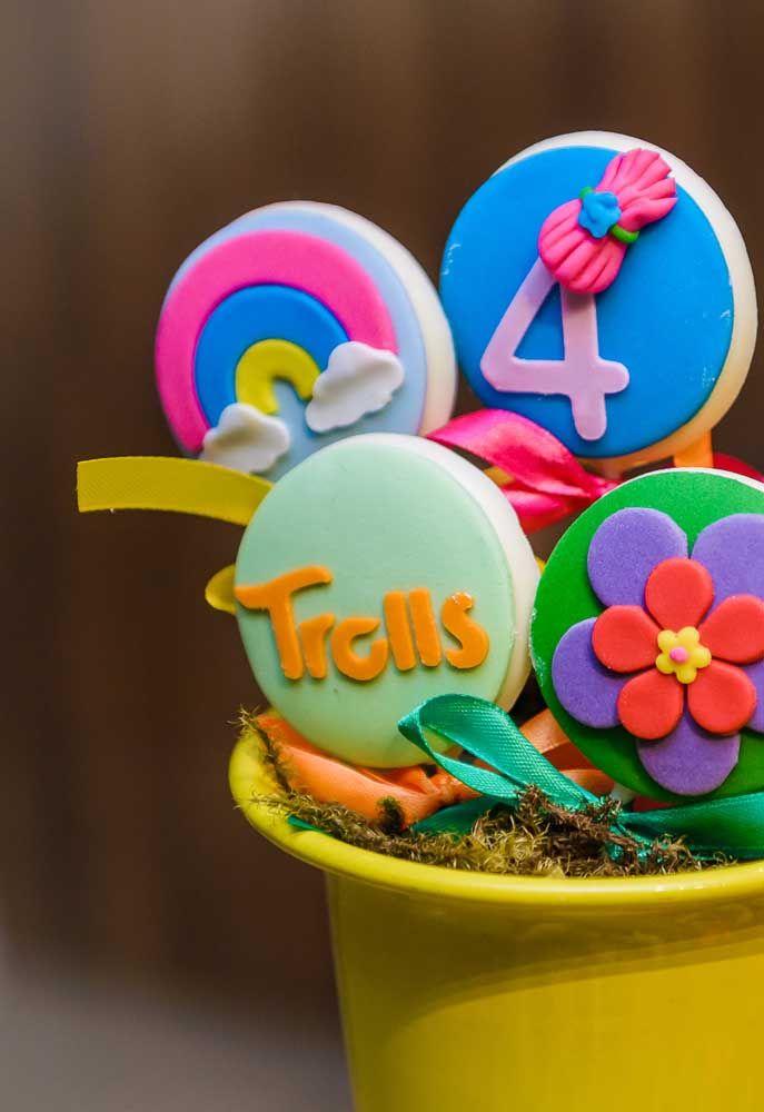 Que tal preparar alguns biscoitos personalizados com o tema Trolls.
