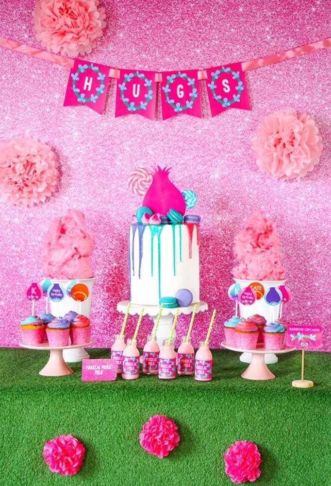 A cor rosa é o grande destaque dessa decoração de festa Trolls.