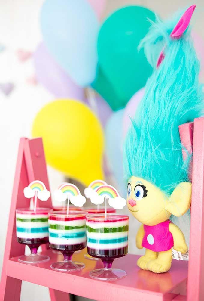 Faça uma sobremesa colorida e sirva em taças transparentes para representar o arco-íris.