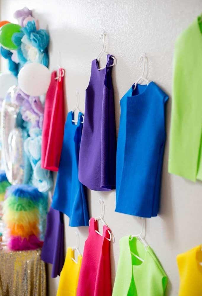 Distribua trajes dos Trolls para a criançada entrar no ritmo da festa.