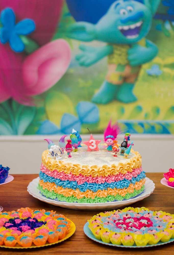 Os cupcakes são doces que não podem faltar nas festas infantis. Para personalizar com o tema Trolls use pasta americana.