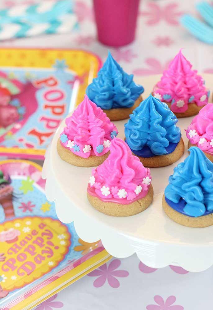 Em cima dos biscoitos faça uma modelagem no formato da cabeleira dos Trolls.