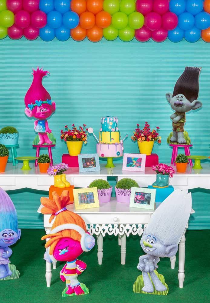 A mesa principal da festa precisa ter uma decoração caprichada. Portanto, use bastante bonecos dos personagens Trolls e faça um bolo bem chamativo.