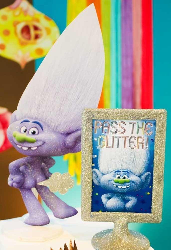 Em uma festa Trolls, use e abuse de muito brilho, flores e itens coloridos.