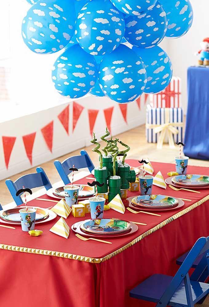Vermelha e azul são as cores que estão relacionadas ao tema Mario Bros. Portanto, a decoração deve seguir esse padrão.