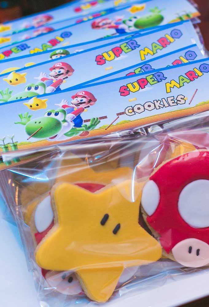 Que tal fazer umas lembrancinhas comestíveis para os convidados? Produza alguns biscoitos no formato de elementos que fazem referência ao Mario Bros.